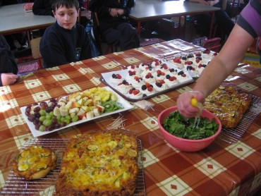 When the food was ready the whole class enjoyed their 'healthy lunch'!