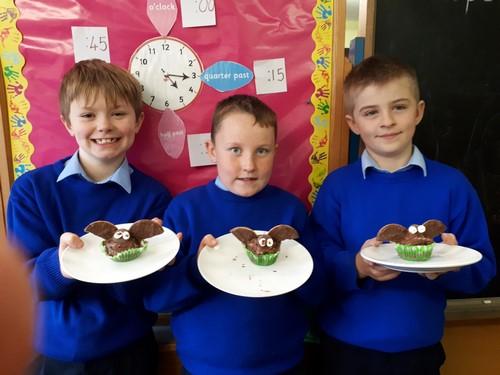 Decorating Halloween cupcakes